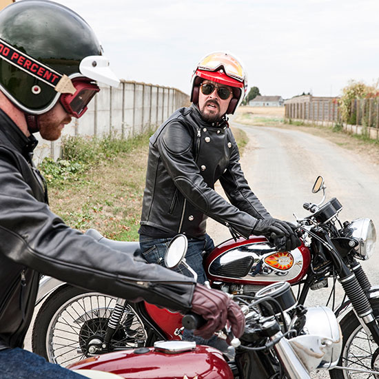 Frank Chatokhine de sortie avec sa BSA Lightning 650 de 1967 - Histoire Blouson Record Les Motocyclettistes