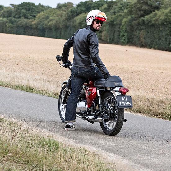 Frank Chatokhine de dos avec sa BSA Lightning 650 de 1967 - Histoire Blouson Record Les Motocyclettistes