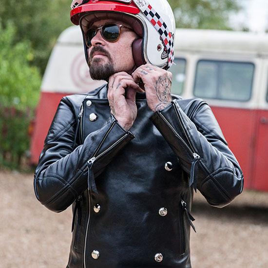 Frank Chatokhine met son casque - Histoire Blouson Record Les Motocyclettistes