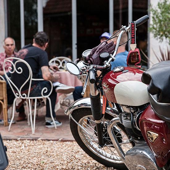 Pause à la terrasse d'un café - Histoire Blouson Record Les Motocyclettistes