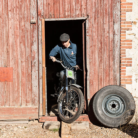 Jean-Yves Sellin sort sa 500 cc BSA Goldstar de l'atelier - Histoire veste Les Motocyclettistes