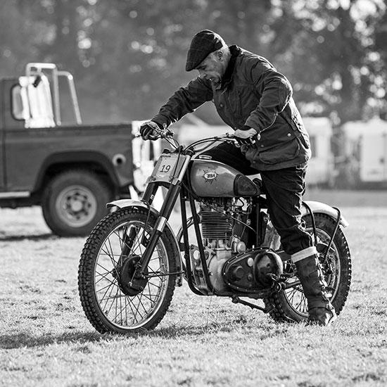 Jean-Yves Sellin démarre sa BSA Goldstar 500 cc - Histoire veste Les Motocyclettistes