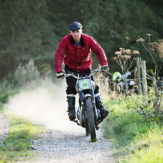 Jean-Yves Sellin debout sur sa BSA Goldstar 500 cc - Histoire veste Les Motocyclettistes