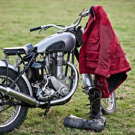 Veste Montreuil Les Motocyclettistes accrochée au guidon de la BSA Goldstar 500 cc de Jean-Yves Sellin - Histoire veste Les Motocyclettistes