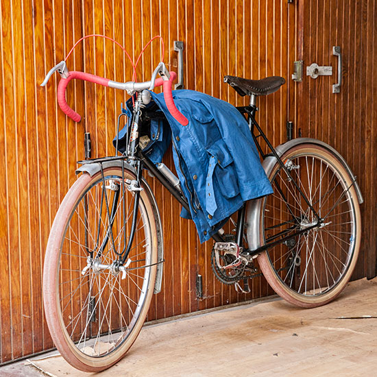 Randonneuse CDF de 1948 de Redouane Rabahi appuyée contre un mur- Histoire veste Galibier Les Motocyclettistes