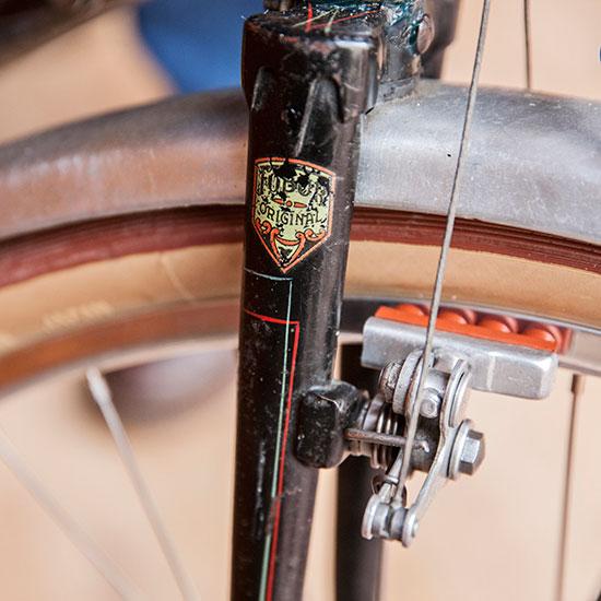 Détail fourche de la Randonneuse CDF de 1948 de Redouane Rabahi- Histoire veste Galibier Les Motocyclettistes