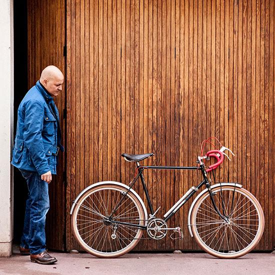 Redouane Rabahi admire sa Randonneuse CDF de 1948 - Histoire veste Galibier Les Motocyclettistes