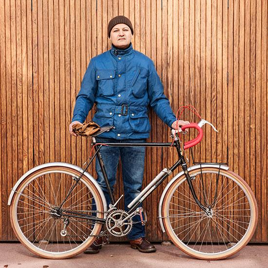 Portrait en pied de Redouane Rabahi avec sa Randonneuse CDF de 1948 - Histoire veste Galibier Les Motocyclettistes