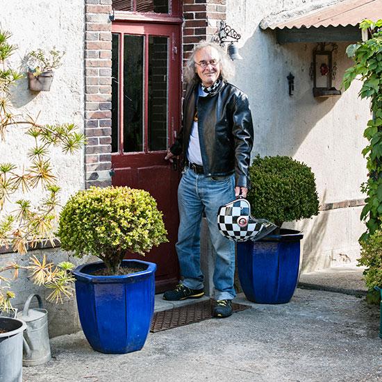 Roland Chatokhine sort de chez lui avec son blouson Lapize Les Motocyclettistes