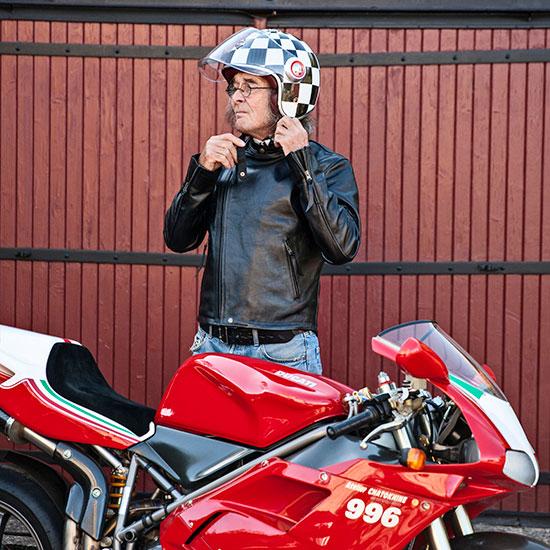 Roland Chatokhi porte son blouson Lapize Les Motocyclettistes