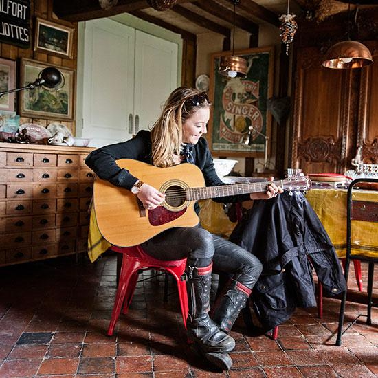 Zoé David joue de la guitare - Histoire veste de femme 1962 Les Motocyclettistes