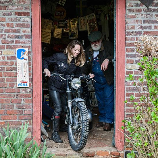 Zoé David sort de la maison avec sa BSA C15 T Usine de 1964 - Histoire veste de femme 1962 Les Motocyclettistes