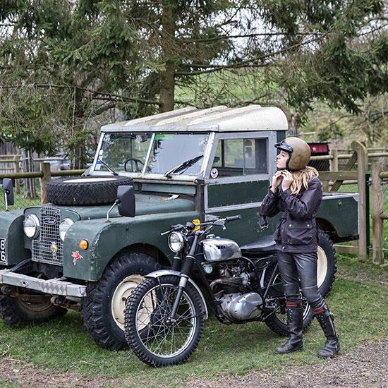 Zoé David en pied avec sa BSA C15 T Usine de 1964 - Histoire veste de femme 1962 Les Motocyclettistes