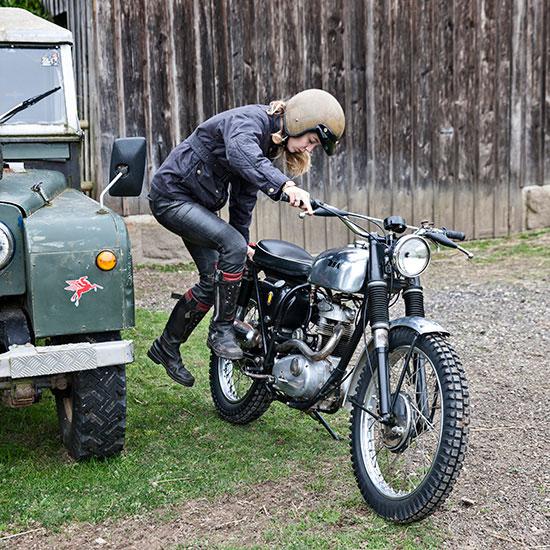 Zoé David démarre sa BSA C15 T Usine de 1964 - Histoire veste de femme 1962 Les Motocyclettistes