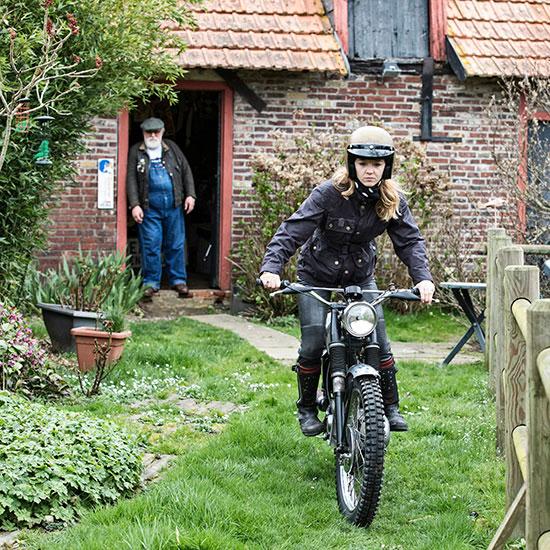 Zoé David de face avec sa BSA C15 T Usine de 1964 - Histoire veste de femme 1962 Les Motocyclettistes