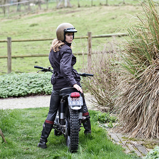 Zoé David de dos avec sa BSA C15 T Usine de 1964 - Histoire veste de femme 1962 Les Motocyclettistes