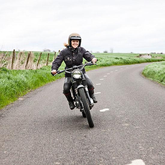 Zoé David sur route avec sa BSA C15 T Usine de 1964 - Histoire veste de femme 1962 Les Motocyclettistes
