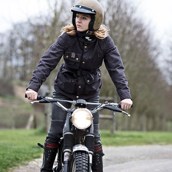 Zoé David de face debout sur sa BSA C15 T Usine de 1964 - Histoire veste de femme 1962 Les Motocyclettistes